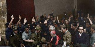 Muguel de Unamuno rodeado por rebeldes a la salida de su famosa conferencia de Salamanca
