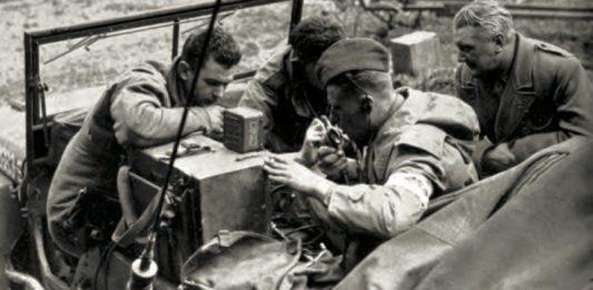Noel Monks, a diferencia de Steer, sí pudo sobrevivir a la II Guerra Mundial. En la foto (en la esquina superior derecha) puede vérsele al final de este conflicto, en abril de 1945, junto a un oficial de enlace del Noveno Ejército Norteamericano contactando con las tropas soviéticas que se aproximaban al río Elba.