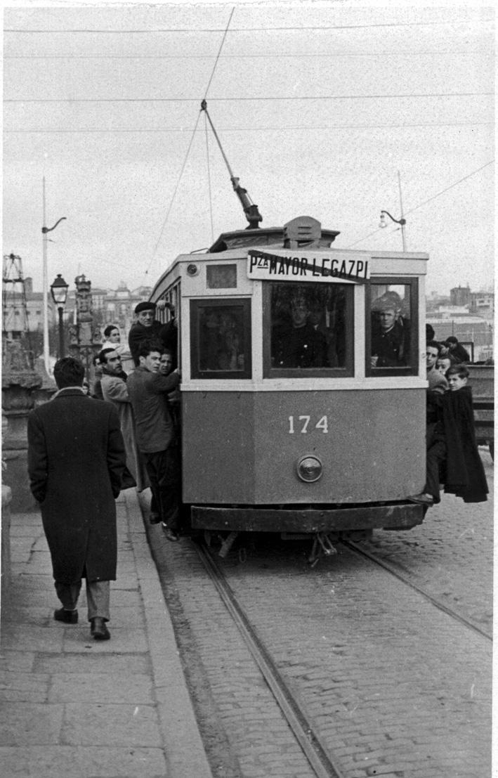 En el Puente de Toledo, el tranvía circulaba con las gentes en el estribo y agarradas a la carrocería. - (Archivo Basilio Martín Patino).