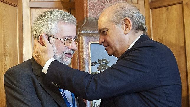 El ex-ministro del Interior Jorge Fernández Díaz saluda al director del Centro para la Memoria de las Víctimas del Terrorismo, Florencio Domínguez