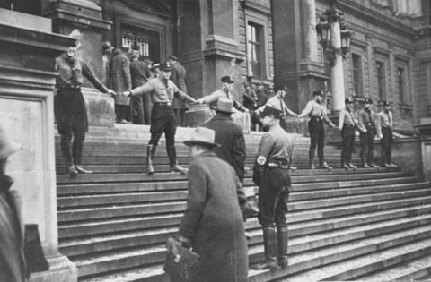 Los nazis impidiendo que los judios ingresen a la Universidad de Viena. Austria. 1938