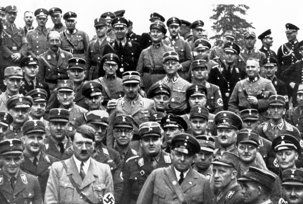 Oficiales nazis con Adolf Hitler
