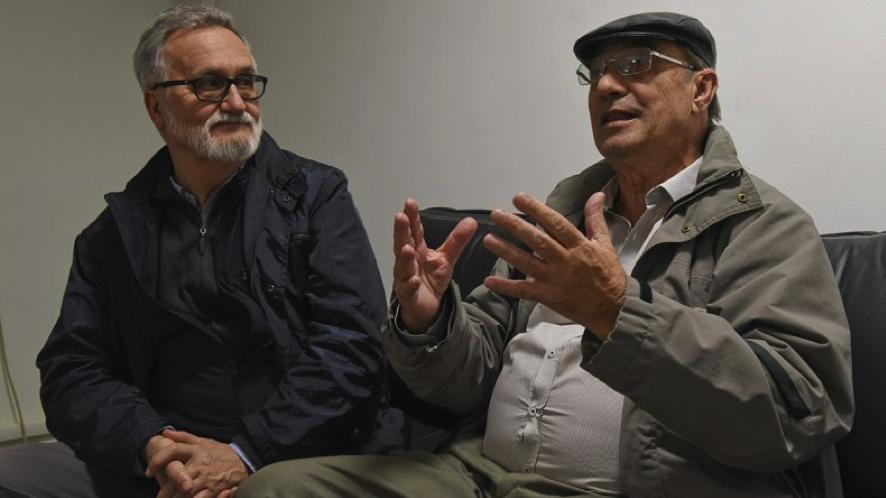 """El escritor Xavier Alcalá (izquierda) con Manuel Antonio Rey Flórez, """"Cholo Rey"""" (foto cortesía de Xavier Alcalá, publicada originalmente en el diario """"El Patagónico"""")."""