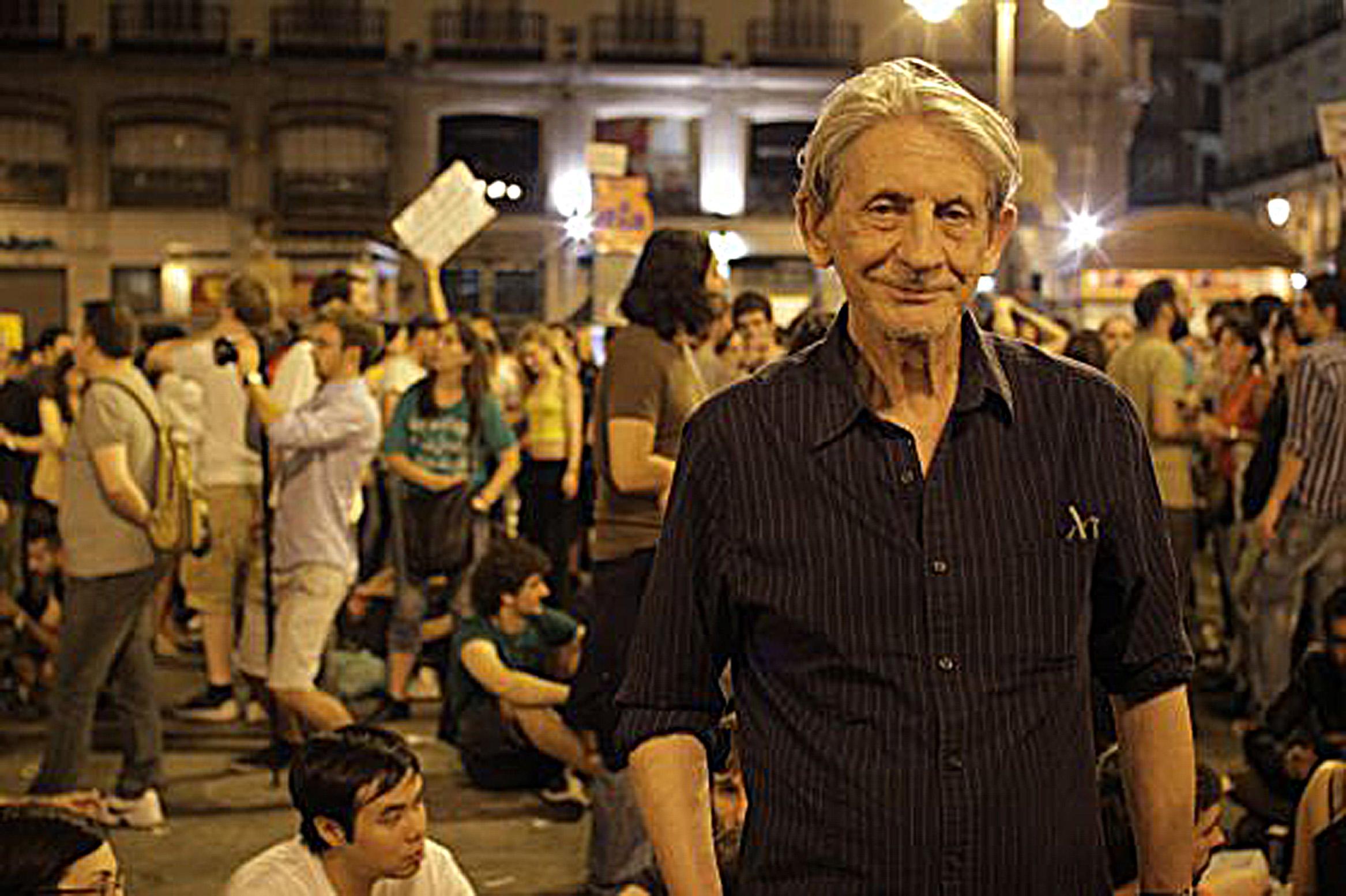 Basilio en la Puerta del Sol madrileña durante el rodaje de Libre te quiero sobre el 15-M_