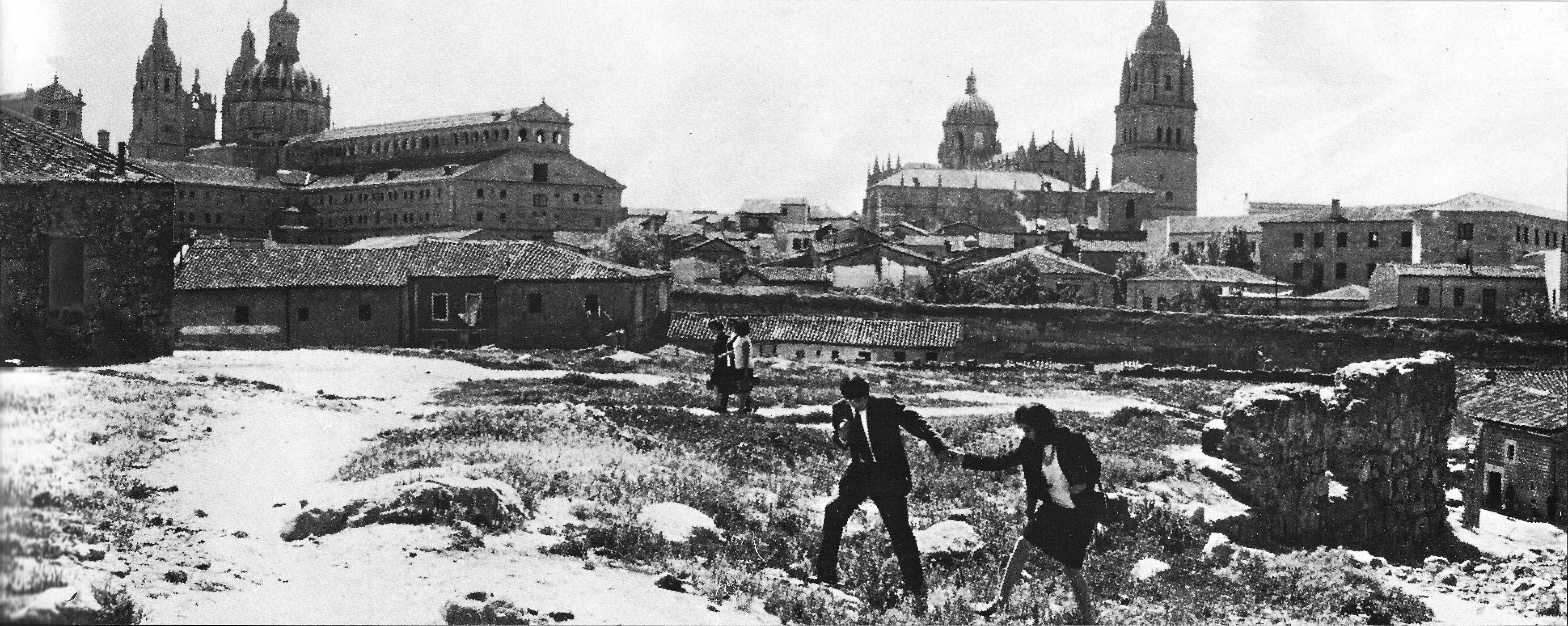 Plano de Nueve Cartas a Berta con Emilio G. Caba y Berta Riaza entre las ruinas del barrio de San Bernardo_