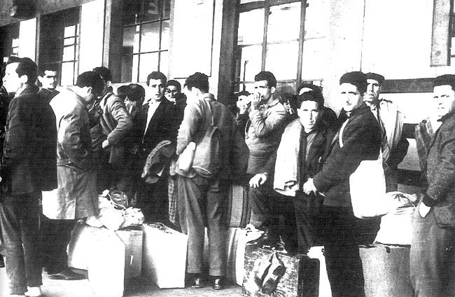 emigrantes españoles a punto se subir al tren