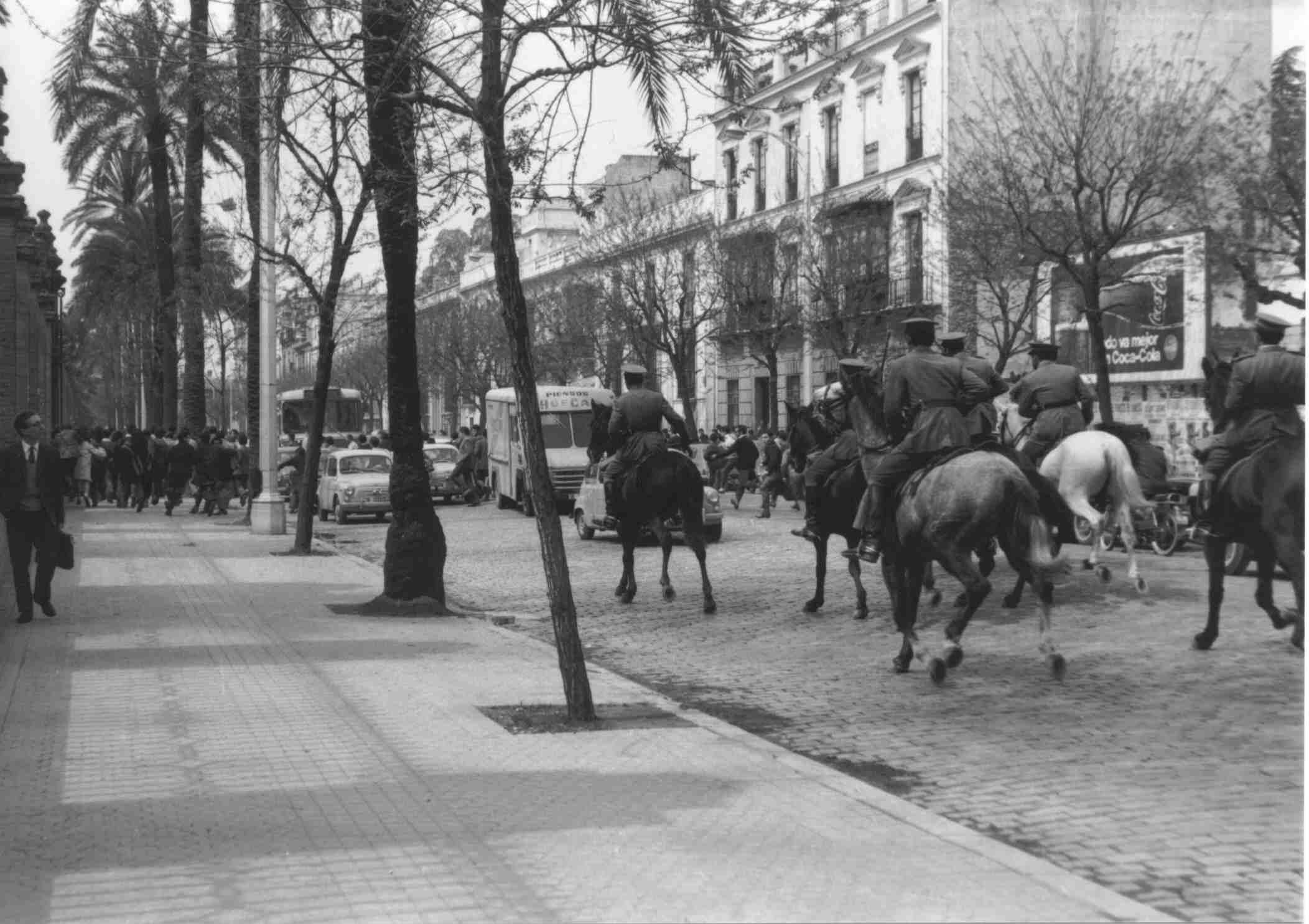 Policía-carga-ante-Universidad-Sevilla-calle San Fernando, en marzo de 1968 (foto Gelán)