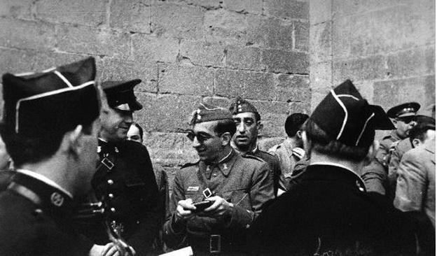 Miembros de la Legión Cóndor y militares franquistas, en la iglesia de Santiago. (Archivo loyola galar)