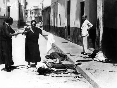 Cadáveres de asesinados en las calles de Sevilla el 21 de julio de 1936